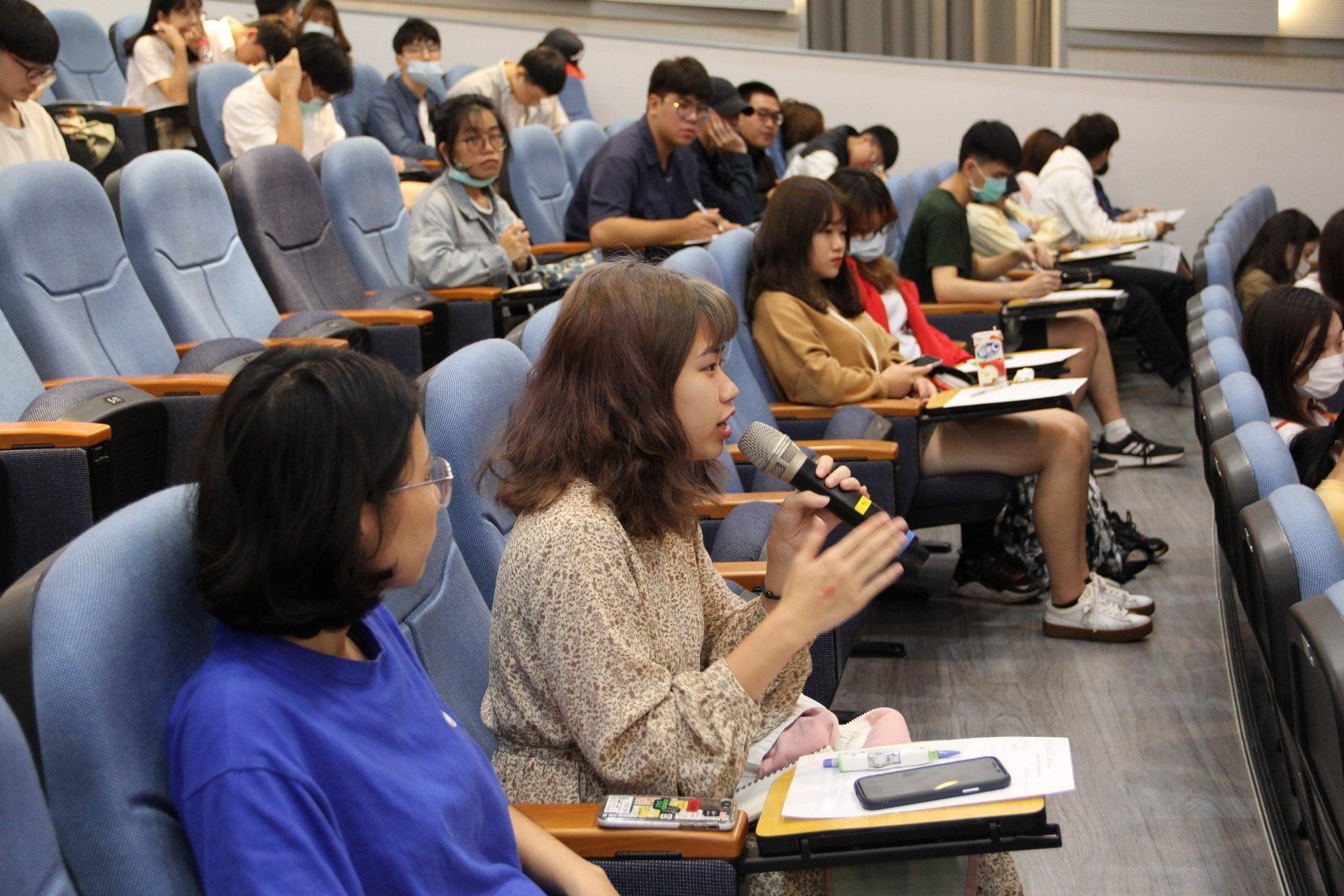 同學踴躍發言。