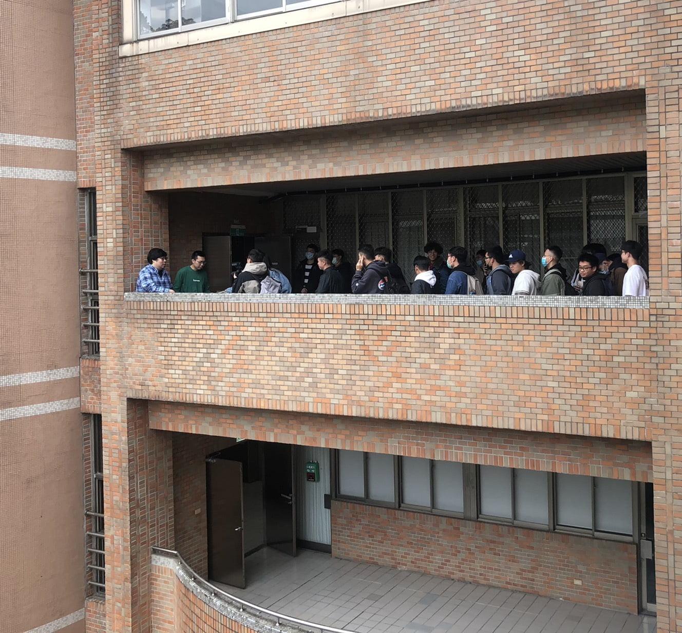 圖二、講座後同學們排隊與國動合影留念。