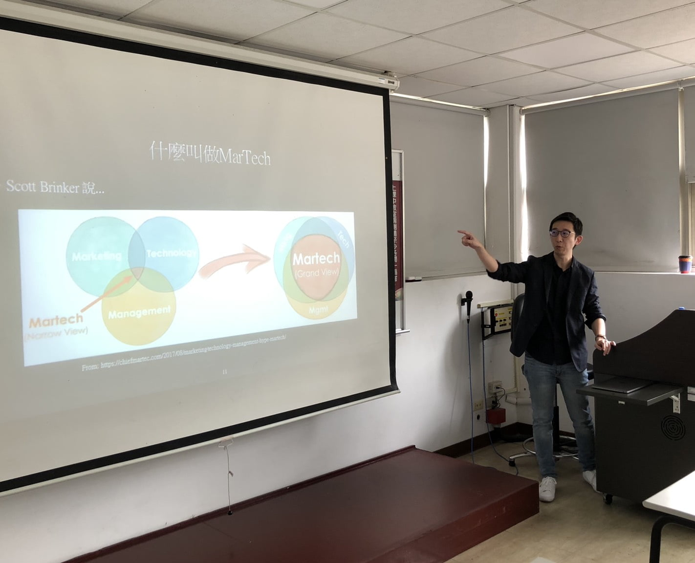 圖一:浪LIVE技術研發中心李宗翰副總,以MarTech世代的社群行銷為題,和同學們分享行銷科技的概念以及實際運用。