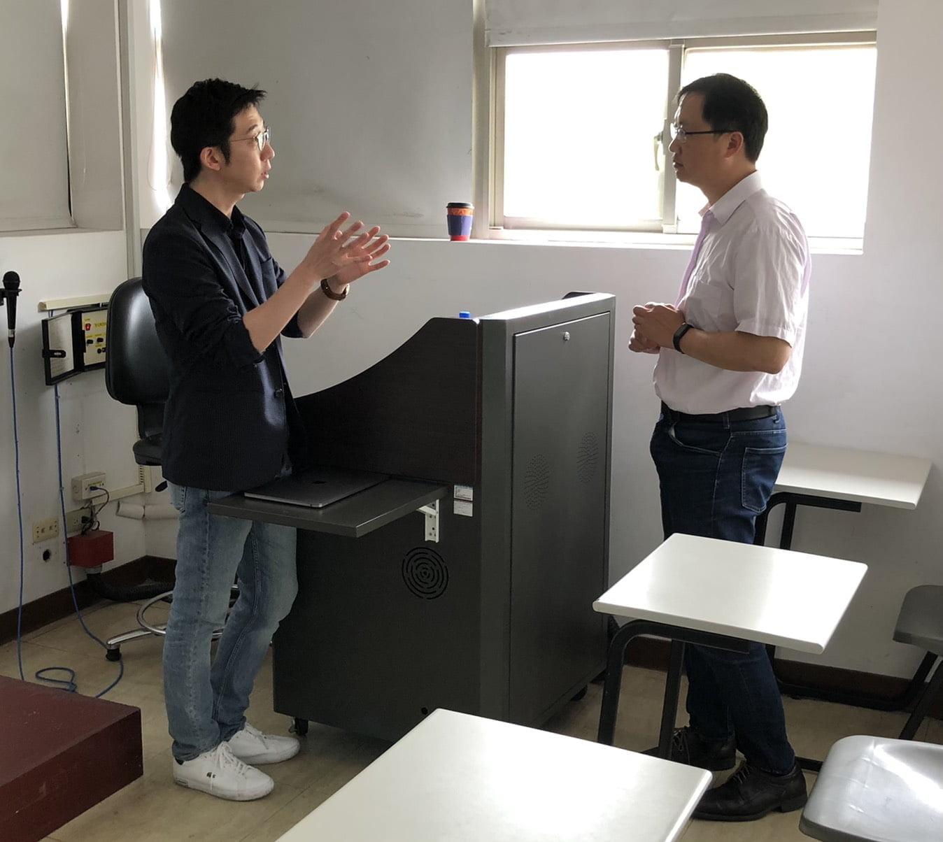 圖二:課程教師胡全威主任與李宗翰副總,相互分享並交流經驗。