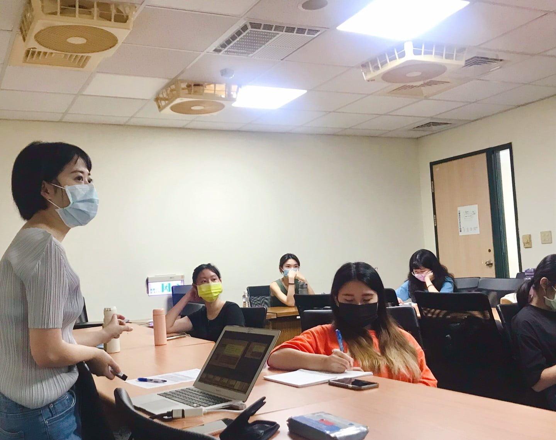 圖四、同學們仔細聆聽講者的授課內容。